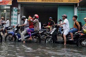 Người Sài Gòn té ngã trong dòng nước đen ngòm ngày triều cường lên cao