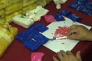Bắt 'ông trùm' người Lào mang súng, vận chuyển 114.000 viên ma túy
