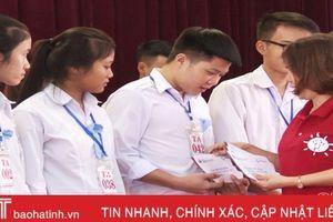 Trao học bổng cho 186 học sinh hoàn cảnh khó khăn