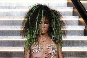 Con gái ca sĩ Madonna xuất hiện trong show diễn thời trang đầy hoang dã