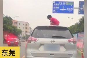 Thót tim bé gái nhảy múa trên nóc ôtô đang đi giữa phố
