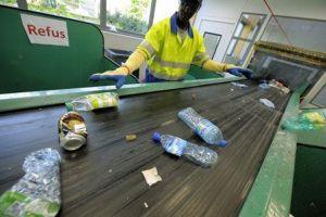 Pháp thúc đẩy lệnh cấm các chai nước bằng nhựa trong trường học