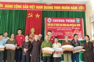 Nhiều phần quà đến với người dân bị thiệt hại do mưa lũ ở huyện Bá Thước