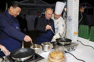 Ông Tập Cận Bình và Tổng thống Putin thân thiết cùng làm bánh kếp