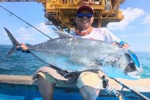 Ra tận giàn khoan dầu ngoài khơi câu cá… giải trí