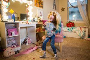 Bé gái mắc chứng lão hóa vẫn trở thành 'sao' trên mạng xã hội