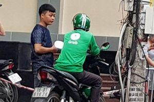 Go-Viet cử người ra lề đường tiếp nhận tài xế Grab đăng ký tại Hà Nội