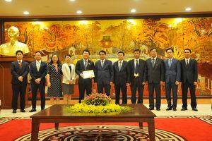 Chủ tịch Nguyễn Đức Chung trao tặng Huy hiệu 'Vì sự nghiệp xây dựng Thủ đô' cho ông Katsuro Nagai