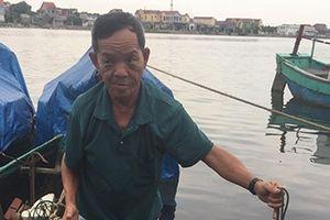 Lão ngư Quảng Bình bắt được cá nghi sủ vàng nặng gần 3 kg