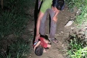 Bố mất, mẹ đi lấy chồng, bé trai ngủ co ro trên đường ở Hà Giang