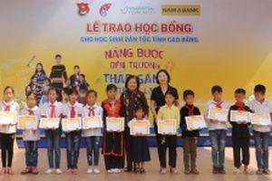 Trao học bổng 'Nâng bước đến trường, thắp sáng tương lai' ở Cao Bằng