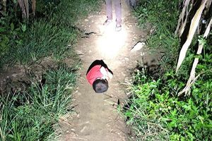 Xót thương bé 4 tuổi ngủ ngoài đường vì bố mất, mẹ đi lấy chồng khác