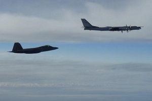 Máy bay ném bom Nga bị 'chim săn mồi' Mỹ chặn đuổi gần khu vực Alaska