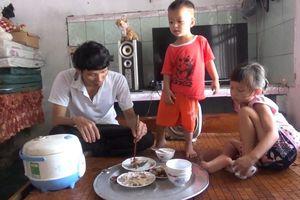 Vợ mất đột ngột, chồng làm thợ hồ chăm từng bữa ăn cho hai con