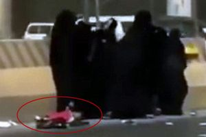 Cảnh hiếm thấy ở Ả Rập Xê Út: Nhóm phụ nữ mải đánh nhau làm rơi con trẻ