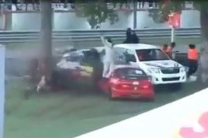 Honda Civic bị xé đôi trong tai nạn trên đường đua