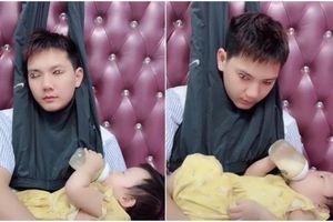 Cười nghiêng ngả với chiêu độc chống buồn ngủ khi bị vợ bắt trông con của ông bố trẻ