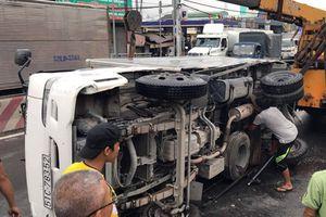 Xe container đổ dốc tông liên hoàn vào xe tải và xe máy