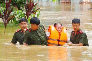 Trao tiền ủng hộ cán bộ công an gặp nạn khi tham gia phòng chống lũ lụt