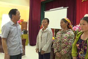 Đồng chí Trưởng Ban Tuyên giáo Tỉnh ủy thăm, tặng quà các gia đình bị ảnh hưởng bởi mưa lũ tại huyện Quan Hóa