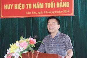 Trao huy hiệu 70 năm tuổi Đảng cho đồng chí Nguyễn Đình Tụ