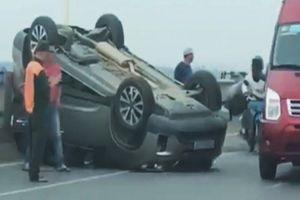 Tài xế thoát chết hy hữu trong ôtô lật ngửa trên cầu Vĩnh Tuy