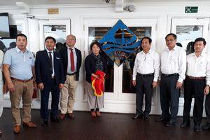 Trao logo 'Cánh buồm xanh' cho tàu thủy du lịch trên Vịnh Hạ Long