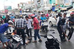 Ôtô tải tông 8 xe máy, 10 người bị thương