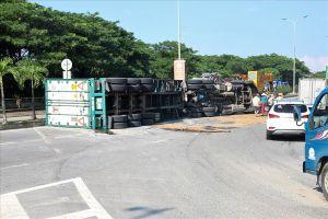 Đà Nẵng: Xe container bất ngờ lật ngang giữa đường
