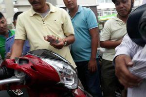 Đánh bạc như 'làm xiếc' ở cổng Bệnh viện Bạch Mai: Công an triệu tập 7 đối tượng