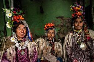 Bộ ảnh hiếm bộ tộc khuyến khích 'yêu' công khai, đổi vợ