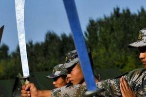 Tại sao quân đội Trung Quốc vẫn đeo đại đao như phim kiếm hiệp?