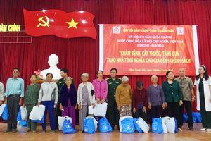 Bệnh viện Quân y 175 khám bệnh, cấp thuốc, trao kinh phí xây nhà tình nghĩa tặng gia đình chính sách tại Bình Thuận
