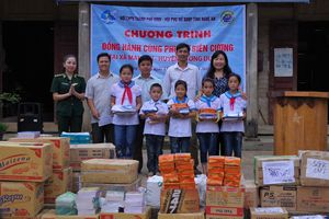 Tặng quà phụ nữ nghèo và học sinh tại 2 xã biên giới của tỉnh Nghệ An