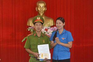 T.Ư Đoàn tặng huy hiệu 'Tuổi trẻ dũng cảm' hai gương cứu người