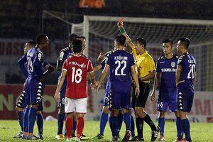 V-League: Quên rút thẻ đỏ, trọng tài bẻ còi tước bàn thắng