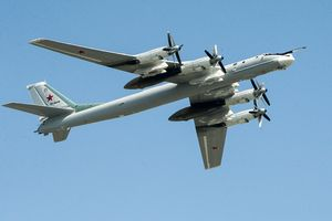 'Quái vật' ném bom kinh khiếp của Nga bắn tên lửa lửa hủy diệt mục tiêu
