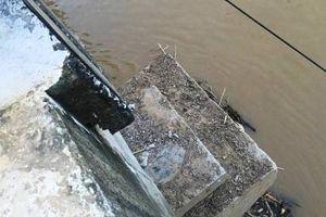 Nước lũ làm xê dịch cả cây cầu ở Thanh Hóa