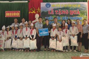 BHXH tỉnh trao quà cho trường học ở Kỳ Sơn