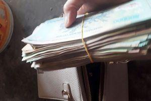 Chủ quán bánh mướt trả lại túi tiền chứa hàng trăm triệu đồng cho khách bỏ quên