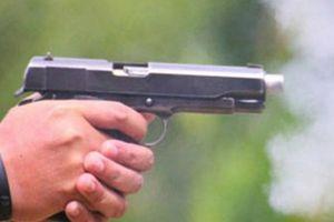 Nóng: Người đàn ông bị côn đồ bắn gục khi đang nhậu tại nhà