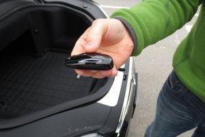 Hack được remote của Tesla Model S để mở cửa và nổ máy xe