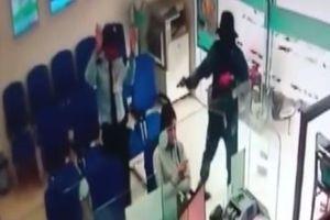 Camera quay cận cảnh kẻ dùng súng cướp ngân hàng