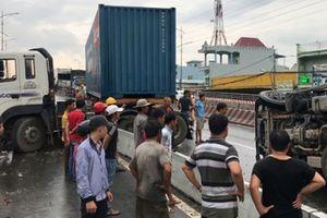 Va chạm với xe container, ô tô tải 'phơi bụng' giữa đường