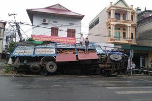 Phát hoảng vì xe tải chở gỗ đâm sầm vào nhà lúc đang ngủ