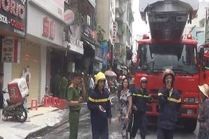 Giải cứu ông bà cụ trong đám cháy tiệm bánh ở phố tây Phạm Ngũ Lão