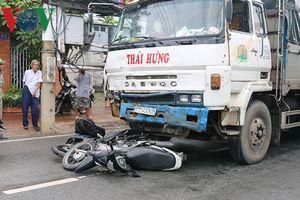 Ô tô đâm một loạt xe máy chờ đèn đỏ, 11 người cấp cứu