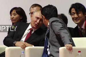 Tổng thống Putin ghé tai nói đùa với Thủ tướng Abe khi xem Judo