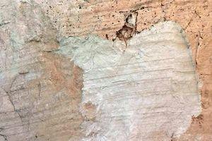 Núi đá vôi bất ngờ đổ sập khiến du khách hốt hoảng