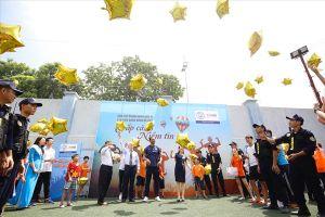 Cựu danh thủ Man City đưa cúp Ngoại hạng Anh đến với hàng trăm em nhỏ Việt Nam